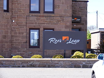 RoosLeap_signage_photo4_H_16K